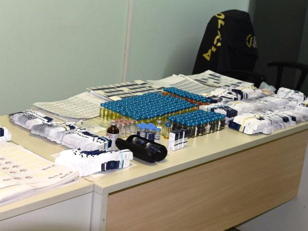 Frascos, embalagens e selos da Anvisa encontrados no quarto do suspeito (Foto: Polícia Civil/Divulgação)