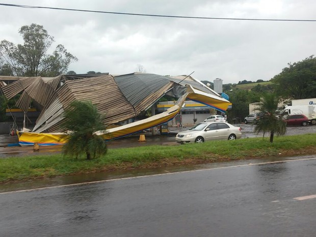 Posto de combustíveis em Santa Mariana ficou destruído após chuva de granizo (Foto: Arquivo pessoal/Claudemir Borges)