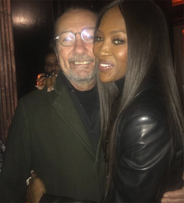 Naomi Campbell with Paolo Roversi at the opening of 'Je Suis Couturier' The Azzedine Alaia show in Paris (Foto: @suzymenkesvogue)