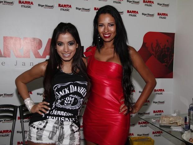Anitta e a ex-BBB Ariadna em show de Preta Gil no Rio (Foto: Isac Luz/ EGO)