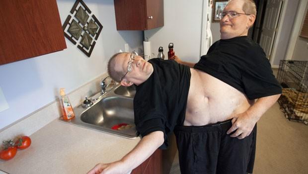 Donnie, esquerda, e Ronnie, se servem de água em sua casa, em Beavercreek. (Foto: AP)