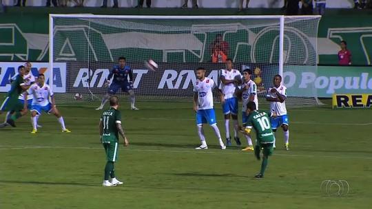Aylon entra, muda história do jogo, e Goiás bate o Crac por 3 a 2 de virada