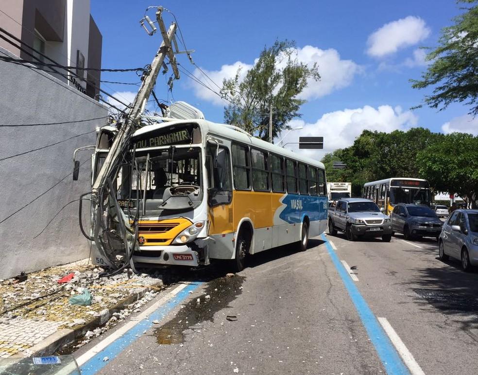 Cosern desligou energia do bairro para realizar manutenção no poste (Foto: Divulgação/PM)