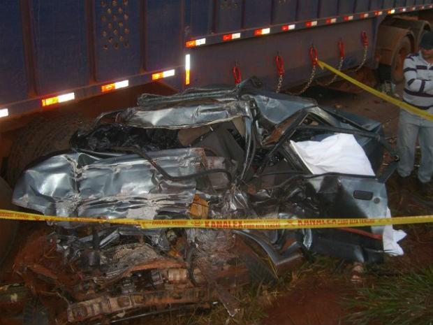 Carro em que estavam as vítimas ficou destruído (Foto: Divulgação/PRE)