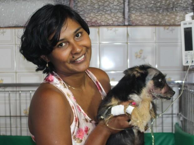 Belinha demonstra total recuperação ao ver dona que retribui com muito carinho. (Foto: Juliene Katayama/G1 MS)