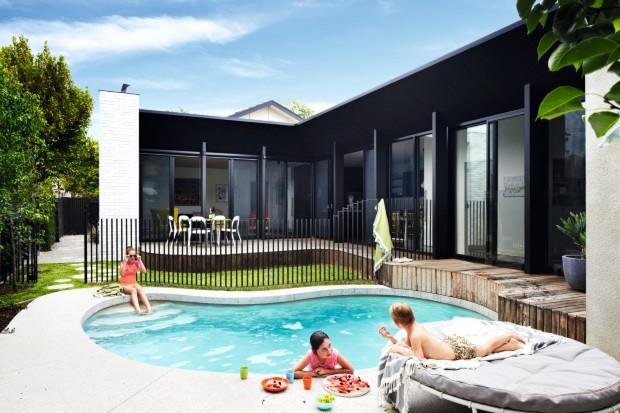Face norte. Na parte de trás da casa, o deque curvado suavizou o local, deixando um amplo espaço para a piscina (Foto: Armelle Habib / Living Inside)