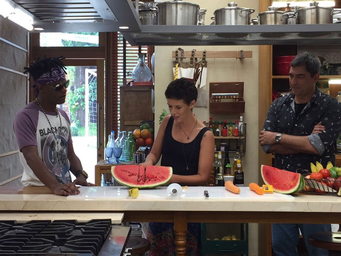 """Com um tipo de """"foice"""" é possível fatiar uma melancia (Foto: Shaulla Rodrigues / Gshow)"""