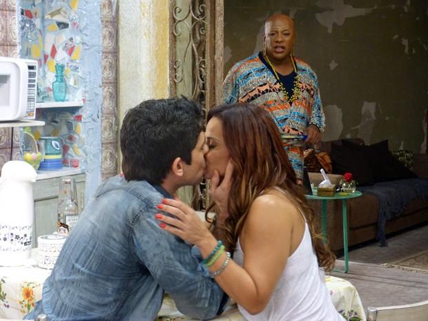 Xana flagra Naná com Antônio (Foto: Tatiana Machado / Gshow)