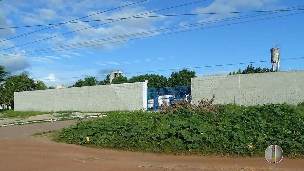 Quatro guaritas deveriam ter sido construídas junto ao muro externo (Foto: Reprodução/Inter TV Cabugi)