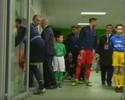 Ibrahimovic abre porta sem querer e quase cai no túnel durante alongamento