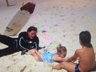 Rômulo Neto curte praia e brinca com filhos de Mario Frias: 'Adoro criança'