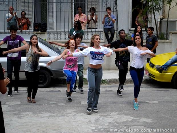 No ritmo da Meg! A americana comanda uma aula irada de street dance no Grajaú (Foto: Malhação/ TV Globo)