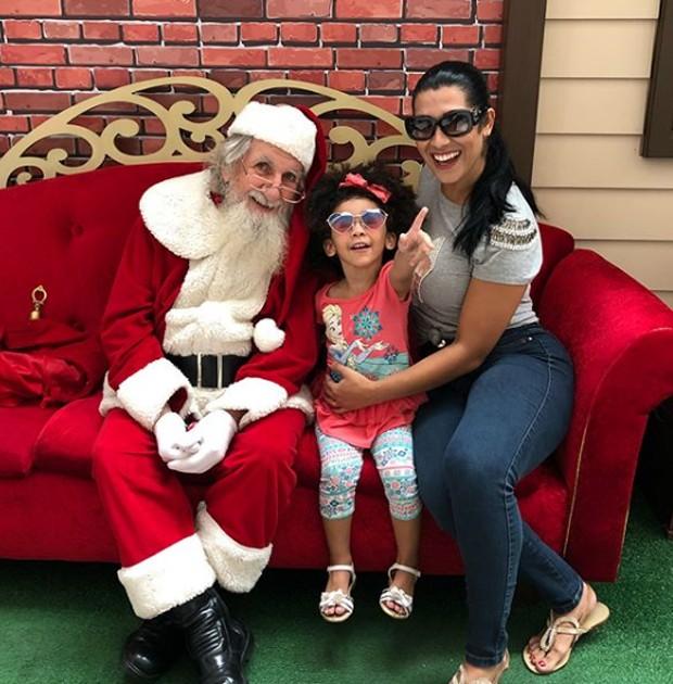 Ellen e a filha com Papai Noel (Foto: Reprodução/Instagram)