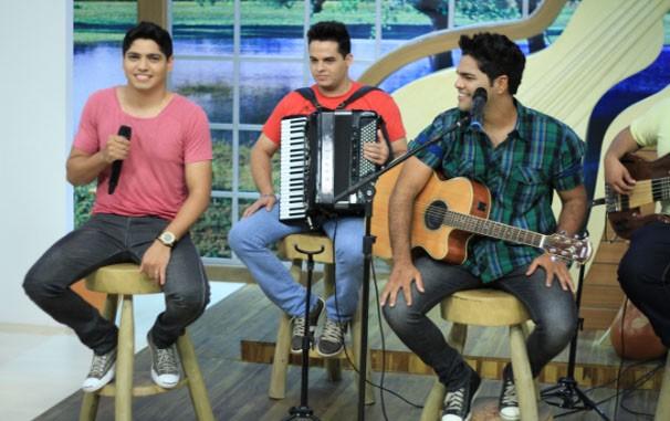 A dupla aqueceu nossa tarde com música boa e muita simpatia (Foto: TV Centro América/Oendel Veiga)