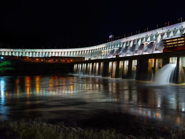 Às sextas e sábados, um espetáculo de som e luzes revelam detalhes ainda mais impressionantes da barragem da Hidrelétrica de Itaipu (Foto: Divulgação / Itaipu Binacional)