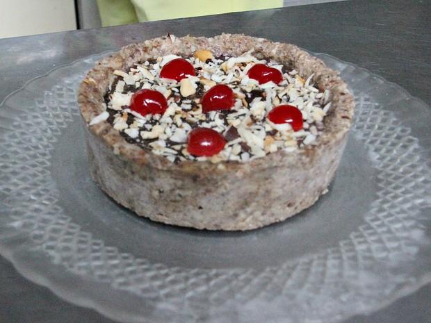 Torta viva é preparada com castanhas e tâmara (Foto: Indiara Bessa/G1 AM)