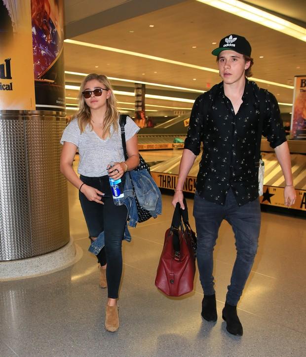 X17 - Chloë Moretz e Brooklyn Beckham em aeroporto em Nova York, nos Estados Unidos (Foto: X17online/ Agência)