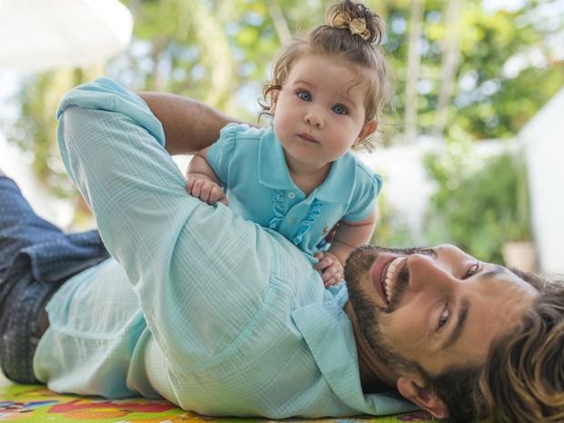 Paizão, Victor Pecoraro se diverte com a pequena Rebekah (Foto: Mi Garcia)