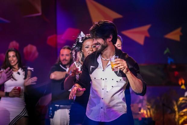 Renan dançando em uma das festas do BBB 16 (Foto: Globo/Paulo Belote)