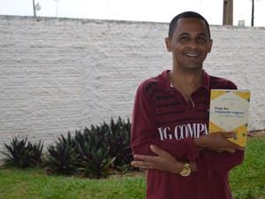 O livro traz contos e crônicas de temáticas variadas (Foto: Lauane Sena/G1)