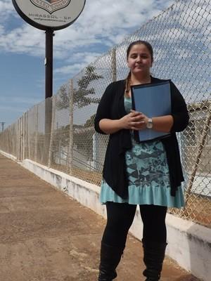 Bruna, em frente da nova escola (Foto: Marcos Lavezo / TV TEM)