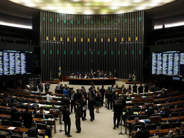16/04 - Deputados participam de sessão no plenário da Câmara, em Brasília, que discute a abertura ou não do processo de impeachment da presidente Dilma Rousseff (Foto: André Dusek/Estadão Conteúdo)