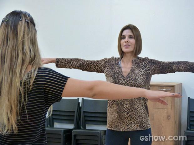 Helena tem aulas de dança com a professora Tatiana Estrella (Foto: Malhação / TV Globo)