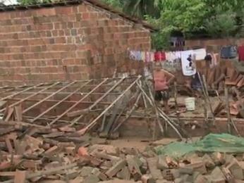 chuva destrói casas no aprque santa maria em fortaleza (Foto: TV Verdes Mares/Reprodução)