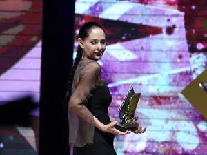 A atriz Sônia Braga recebeu o Troféu Oscarito em Gramado (RS) (Foto: Edison Vara/Pressphoto )