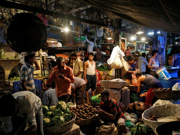Comércio de alimentos em Mumbai, na Índia. Inflação no país vem diminuindo, embora especialistas questionem a credibilidade dos dados divulgados pelo governo (Foto: Danish Siddiqui / Reuters)