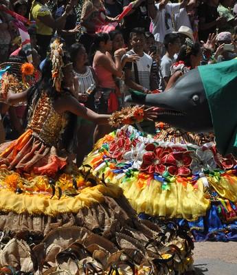 Apresentação dos itens da festa do Sairé foi um dos atrativos da celebração do Revezamento da Tocha em Alter do Chão (Foto: Andressa Azevedo/G1)