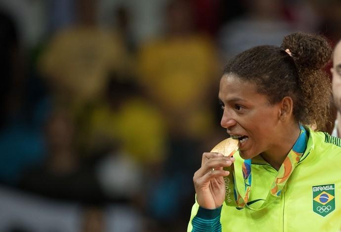 Rafaela Silva com a medalha de ouro (Foto: Andre Mourão/Nopp)