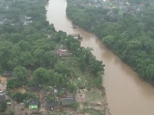 Ponte que estava com a estrutura danificada foi destruída durante o temporal (Foto: Reprodução/TV Tribuna)