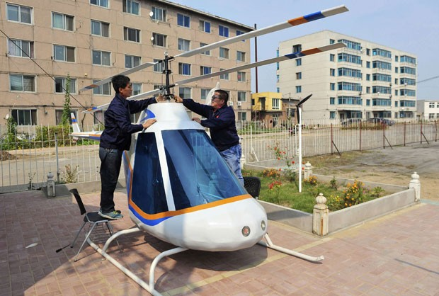 Tian Shengying, de 55 anos, construiu sozinho um helicóptero em Shenyang. (Foto: Sheng Li/Reuters)