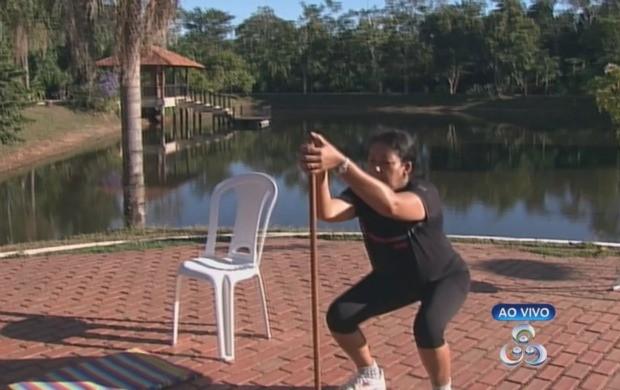 Objetos dentro de casa podem ser usados para praticar exercícios. (Foto: Bom Dia Amazônia)