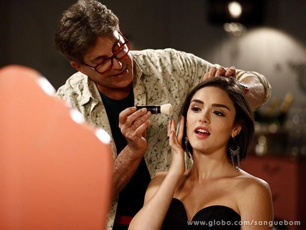 Giane é maquiada por Lili (Foto: Inácio Moraes / TV Globo)