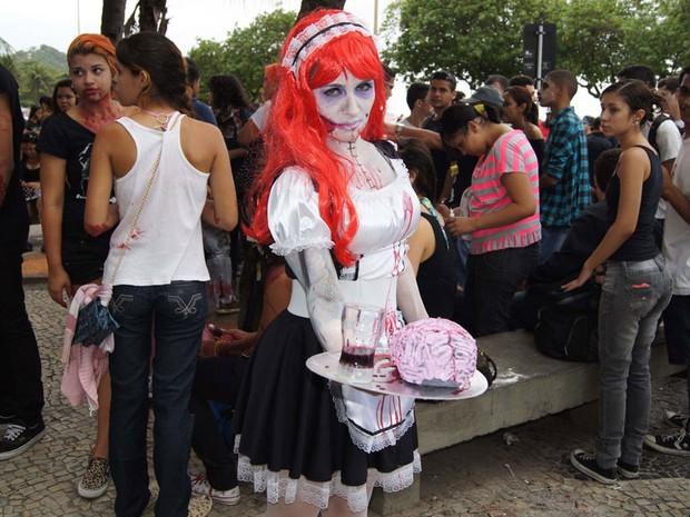Jovem se vestiu de noiva cadáver na Zombie Walk, na Praia de Copacabana, no Rio (Foto: Henrique Porto/G1)