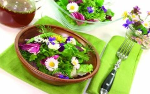 Salada verde com flores comestíveis ao vinagrete balsâmico