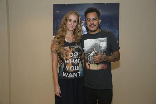 Marcelo D2 com a mulher, Camila Aguiar, em bastidores de show no Rio (Foto: Roberto Filho/ Ag. News)