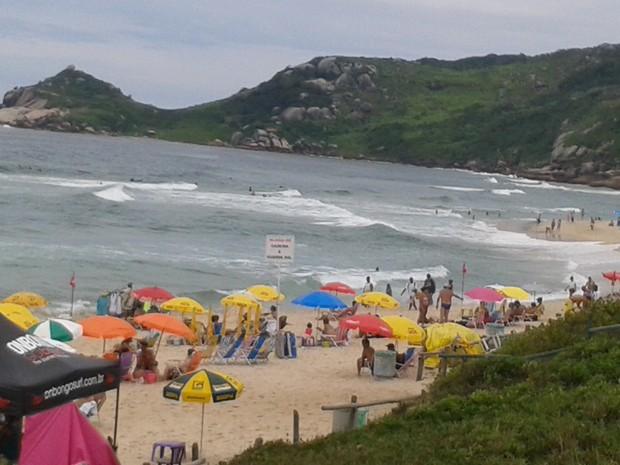Tempo nublado não afastou banhista da Praia Mole (Foto: Fábio Cardoso/RBS TV)