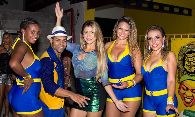 Natália Carvalho também registrou o seu encontro com algumas passistas da Unidos da Tijuca (Foto: Divulgação )