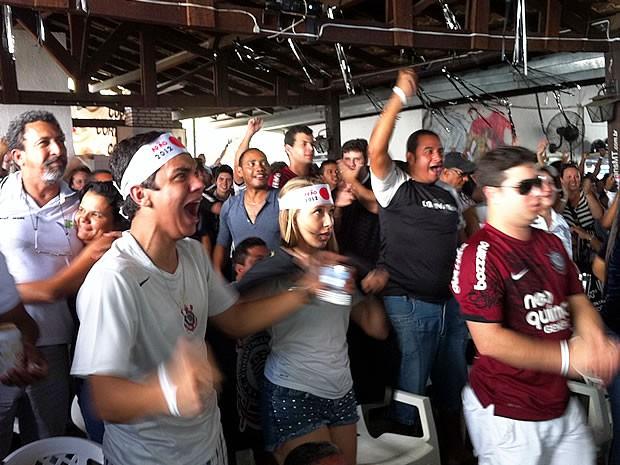 Corintianos comemoram em Cuiabá (Foto: Robson Boamorte/GloboEsporte.com)