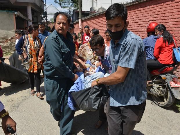 Pacientes são tirados de hospital após terremoto em Katmandu Nepal (Foto: Prakash Mathema/AFP)