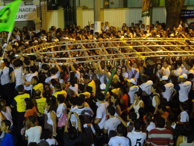Mais de sete mil fiés acompanharam a Trasladação atrelados a corda e às estações. (Foto: Pedro Cruz/ G1)