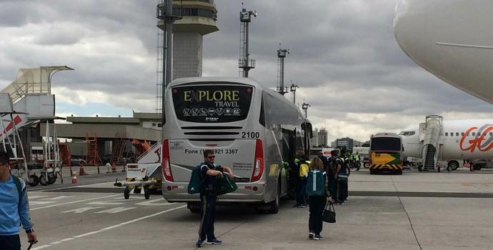 Palmeiras saindo pela pista (Foto: Marcelo Hazan/GloboEsporte.com)