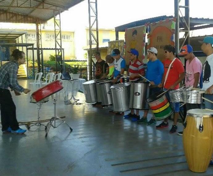 Marcelo Pimentel ensina música a menores infratores com a Banda Liberdade (Foto: Divulgação/Case Passo Fundo)