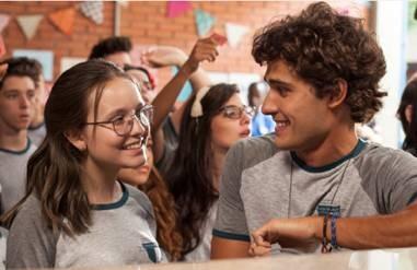Larissa Manoela vive adolescente que se torna popular da noite para o dia após vencer concurso (Foto: Divulgação)