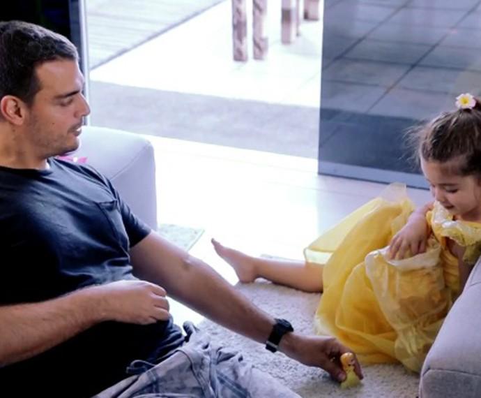 Paizão, Felipe, brinca de boneca com Maria (Foto: TV Globo)