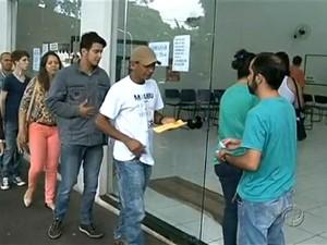 Aumentou o número de trabalhadores na fila do seguro-desemprego em Cianorte (Foto: Reprodução RPC TV Noroeste)
