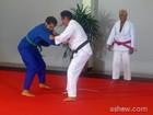 Ricardo Pereira luta judô com Oscar Magrini e dispara: 'Quero ser faixa preta'